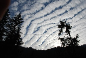 Traînée de nuages dans le ciel alpin